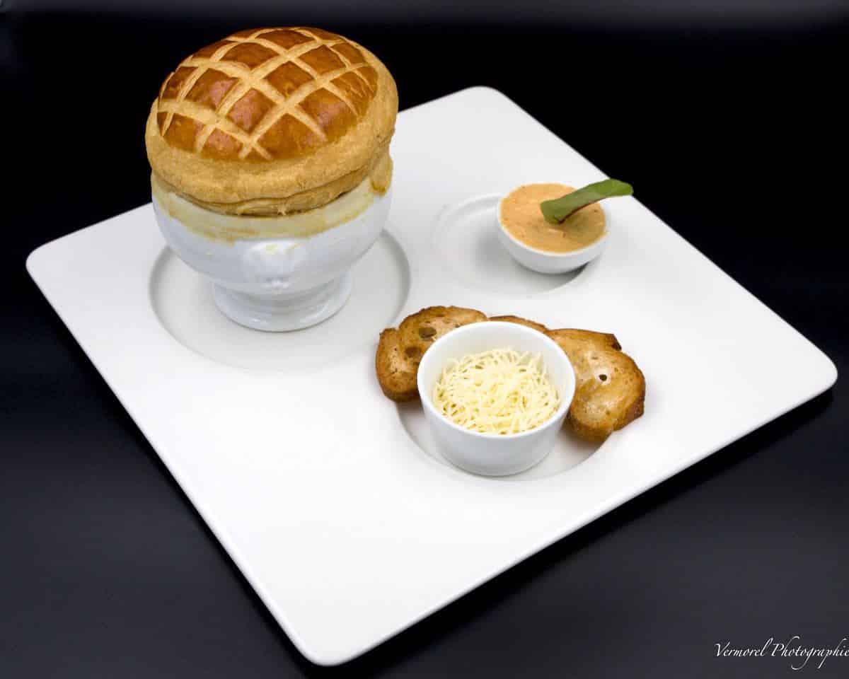 Assiette soupe de poisson en croute rouille croutons et gruyere
