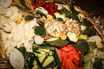 Paniere de légumes crus et sauces pour réception